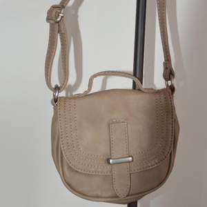 En liten väska från Zara i skinnimitation