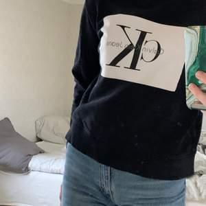 Ck sweatshirt som inte kommer till användning, den är S men passar XS också🤍 Nypris 600, pris kan diskuteras