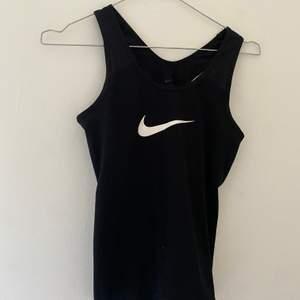 Svart Nike träningslinne! Bra skick, inte mycket andvänd