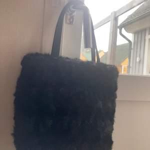 Skitcool mini pälsväska, inte min stil och jag trodde den skulle vara större när jag beställde, köparen betalar för frakt, nyskick❤️❤️❤️