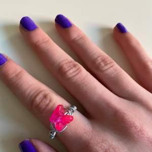 Hemmagjord ring med en rosa gullig fjäril<3 skriv privat om ni är intresserade eller vill ha mer info/bilder. [kolla gärna in mitt konto för mer hemmagjorda smycken]