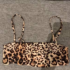 Leopardmönstrad bikini topp, supersnygg och i bra skick, storlek M, säljer för 60kr + frakt!