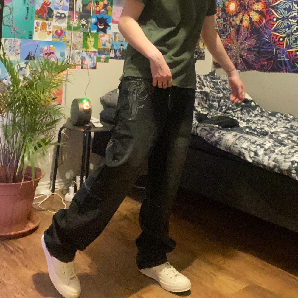 Super snygga baggy jeans! De är svarta. Helt nya eftersom de tyvärr var för stora för mig. Storlek 32/34, midja 85 cm och längd 105 cm. Hmu för fler bilder 💯💯 ::: BUDET LIGGER PÅ 560 KR JUST NU :::. Jeans & Byxor.