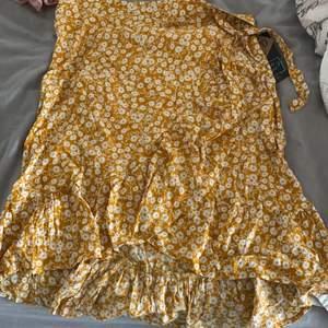 Gul otroligt fin omlott kjol som tyvärr är förstor för mej! Tänk brännan i sommar med denna kjol🤤 knyt detaljer och oanvänd med prislapp kvar!