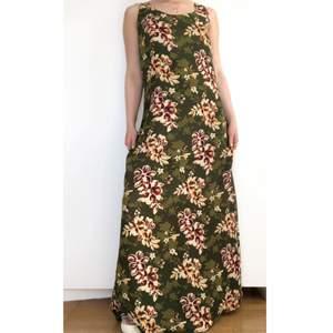 90s Somrig långklänning från hennes collection. Så vackert print! För lång på mig som är ca 1.60. Passar nog 1.65 eller längre längdmässigt. + frakt 59 kr 💫 Se även mina andra annonser, jag samfraktar gärna 💫