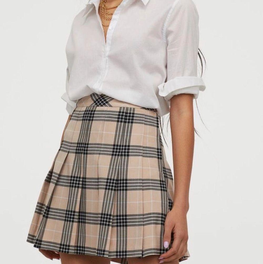 Supersöt kjol från H&M! Plagget är i superbra skick och knappt använd då den är lite för liten för mig! Så fina färger till våren! Frakten ligger på 48kr och betalas av köparen 💖. Kjolar.