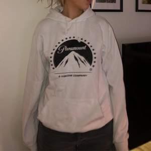 Cool hoodie köpt på hm i USA, köpt för 2 år sedan så finns därför inte kvar i storlek S.