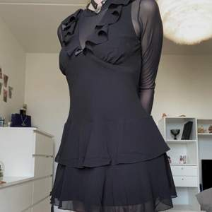 Helt ny otroligt fin dollskill klänning, endast provad! Säljer då den är lite för stor för mig tyvärr. Betalde totalt 550 för plagget med fraktkostnader och importmoms, säljer den för 400, skulle passa perfekt som sommar klänning då materialet är väldigt luftigt men ändå inte genomskinligt!
