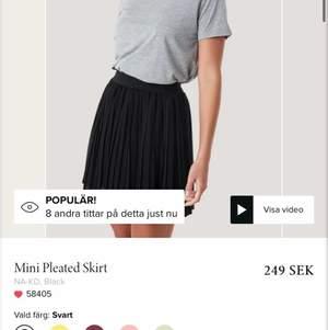 säljer denna fina kjol då jag har två stycken, den är endast använd en gång och den är SUUUPER fin med hoodies🌸🌸😜😜 kollar upp frakten när någon är intresserad, strl XS-M (36) ⚡️