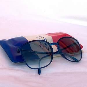 Äkta vintage/retro solglasögon från Le Specs köpta i England med tillhörande glasögonfodral. Postas i en plastförpackning och vadderat kuvert för säker frakt. Frakt inkluderat i priset.