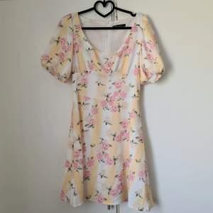 Gul klänning! Använd fåtal gånger. Mycket fint skick. Märkt storlek S. Uppskattar att den passar XS-S. 250 kr + frakt