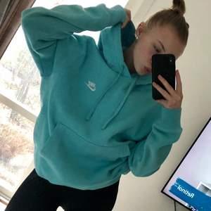 Lägger igen ut min ljusblå nike hoodie i strl S då förra köparen drog sig ur. Köpt nypris för 600 säljer för 300, använd 2 gånger, hör av dig vid frågor:)