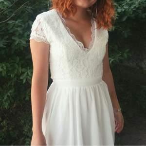 Superfin vit spetsklänning med chiffong nedtill. Endast använd en gång. I mycket bra skick. Passar perfekt till studenten!🧡 vid frågor eller funderingar är det bara att skicka ett meddelande!