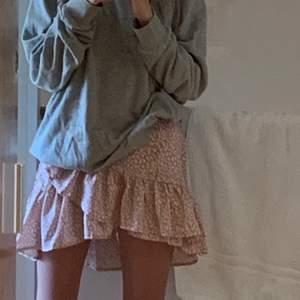 Jag säljer min jätte fina rosa kjol som är väldigt trendig just nu o den är perfekt till vår och sommar. Den är sjukt bra kvalitet och väldigt bekväm. Säljer den för att jag inte får så mycket användning för den. Buda gärna privat.  (Jag står inte för frakt)🌸🧢👙🥵🍭💓