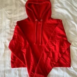 Säljer denna röda hoodie❤️ Hoodien är croppad och har ett skönt material. Storlek S. Köparen står för frakt.
