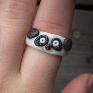 Men hur söta är inte dessa ringar?!! På bilden ser ni vår {Panda-ring🐼} {Kyckling-ring🐣} & {Gris-ring🐷} som finns i alla storlekar!🥰