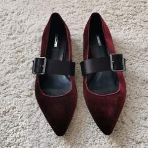 Snygga ballerina skor i mörkröd sammet med svarta satinband runt. Köpta från Madrid, butiken Bershka. Använt 1 gång så de är i nytt skick.