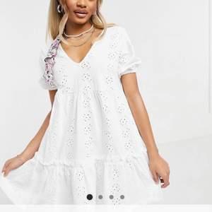 En vit klänning som är perfekt till student eller sommaren. Klänningen är oanvänd och i storlek 36.