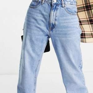 Supersnygga helt nya mellanblå boyfriend jeans från stradivarius som endast är testade, aldrig använda med alla lappar kvar. Säljer för att dem inte passade mig och var även för långa för mig som är ca 160. Helt slutsålda och skitsnygga, kom privat för frågor och fler bilder.