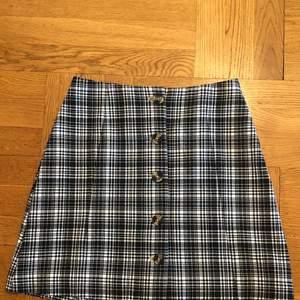 En trendig rutig kjol från monki, super söt och vill nästan inte sälja men behöver pengar!