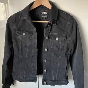 Svart jeansjacka från Zara. Knappt använd och säljs då den blivit för liten för mig.