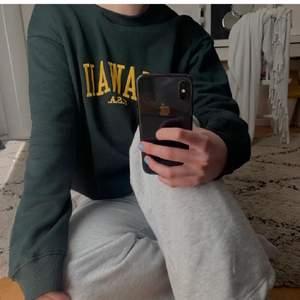 Grön oversized sweatshirt med gult tryck! Superfin till sommaren