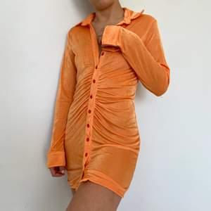 Helt ny klänning i storlek small🧡 finns i begränsat antal så det är först till kvarn, fraktar varje dag💥