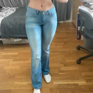 Bootcut jeans från Lee, lågmidjade. Nypris ca 1000 kr. Bra skick, har används få gånger eftersom jag snabbt tröttnade på bootcut siluetten. W26, L31, är precis lagom längd på mig som är 160 cm.