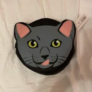 Söt katt väska jag fick i present.. köpt i Dubai de e allt jag vet. Aldrig använts