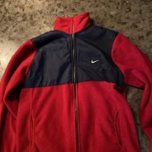 En fake Nike fleece jag har köpt på beyond retro som är fake men väldigt snygg! Jag har växt ur den så kan inte ha den längre. Pris kan diskuteras. Köparen betalar för frakt eller meetup i Stockholm. Kontakt för fler bilder