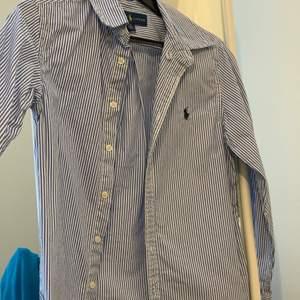 Blå/vit skjorta. Väldigt fin och skön. Passar 12/13 ja åring