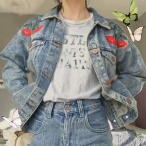 Super fin jeansjacka från monki! Storlek xxs men är oversized så passar xs/s också! 😊 bra skick!