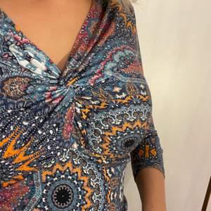 snygg tröja, lite kortare i ärmarna. passar mig med S bra:)