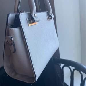 Väska från ett spanskt märke köpt för 500 kr men aldrig använd. (Axelrem ingår).
