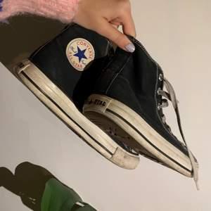 Svarta converse storlek 39. Köpte de på pick men inte andhämtning pga att de är lite för stora för mig som har storlek 38.