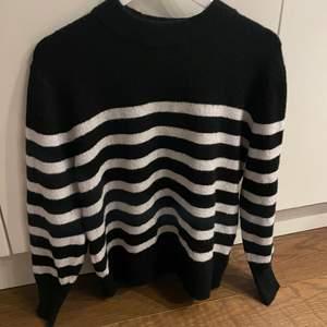Säljer en as snygg randig stickad tröja från hm som är super trendig just nu! Tröjan är väldigt sparsamt använd!💖💖