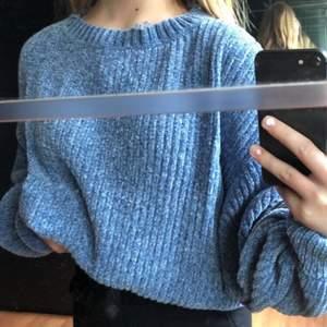 en vanlig stickad tröja med lite lösare ärmar, otroligt bekväm💞💞