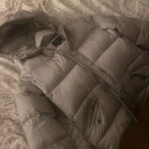 Säljer min fina puffer jacka Från Gant. Köpte den för några månader sen men tyvärr aldrig kommit till användning då jag har en svart :( Den är superfin och jättetjock, perfekt till hösten. Köpte den för 2000kr säljer för 800kr!!🍂🤍🤍