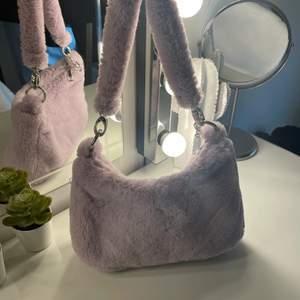 Lila handväska från Urban outiftters i mjukt material🤩