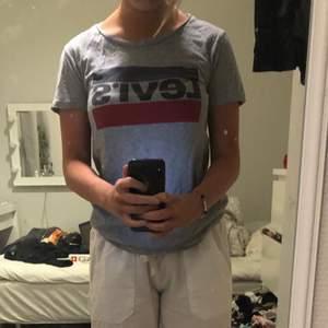 En grå Levi's Tshirt med tryck, kommer inte till användning, använt fåtal gånger. Storlek XXS. 🤍