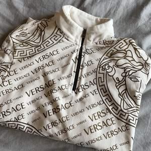 """Versace """"tjocktröja"""" knappt använd, storlek L men passar mig rätt bra med M"""