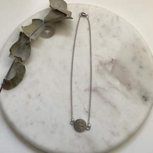 Supercoolt silvrigt halsband i en tunnare kedja med en smiley i rostfritt & nickelfritt stål 😋 Nytt & oanvänt! Endast 89kr/styck. Fri frakt! 💌