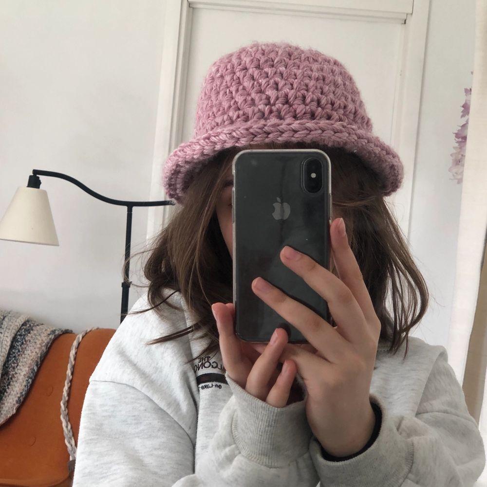 Rosa bucket hat, virkad. Är stretchig så passar de flesta! Köparen står för frakt 45kr 💕. Stickat.