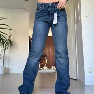 Helt nya populära jeans från zara som är helt slutsålda. Modellen Mid rise straight full leg. Säljer pga att jag råkade beställa två par🤍🤍är runt 165 cm lång och de är liiite långa, men de är bara snyggt!!   Buda från 360 eller köp direkt 420💓