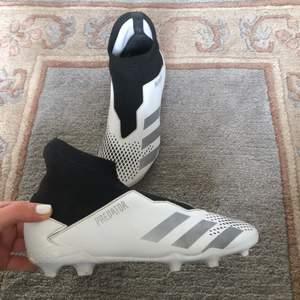 Säljer min lillebrorsas fotbollsskor använda i  1,5 månader köpta för 800kr säljs pga för små! Bra skick men syns att de ha använts. Insidan är fresh och de har knappt slitits på dobbarna. Ingen snörning utan skorna är strap on modell. Fett snygga e de oxå