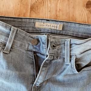 """Jeans från Calvin Klein med snygga """"nötta"""" detaljer och blekt namn där bak (se bild 3). De har tyvärr blivit för små över låren för mig :')"""