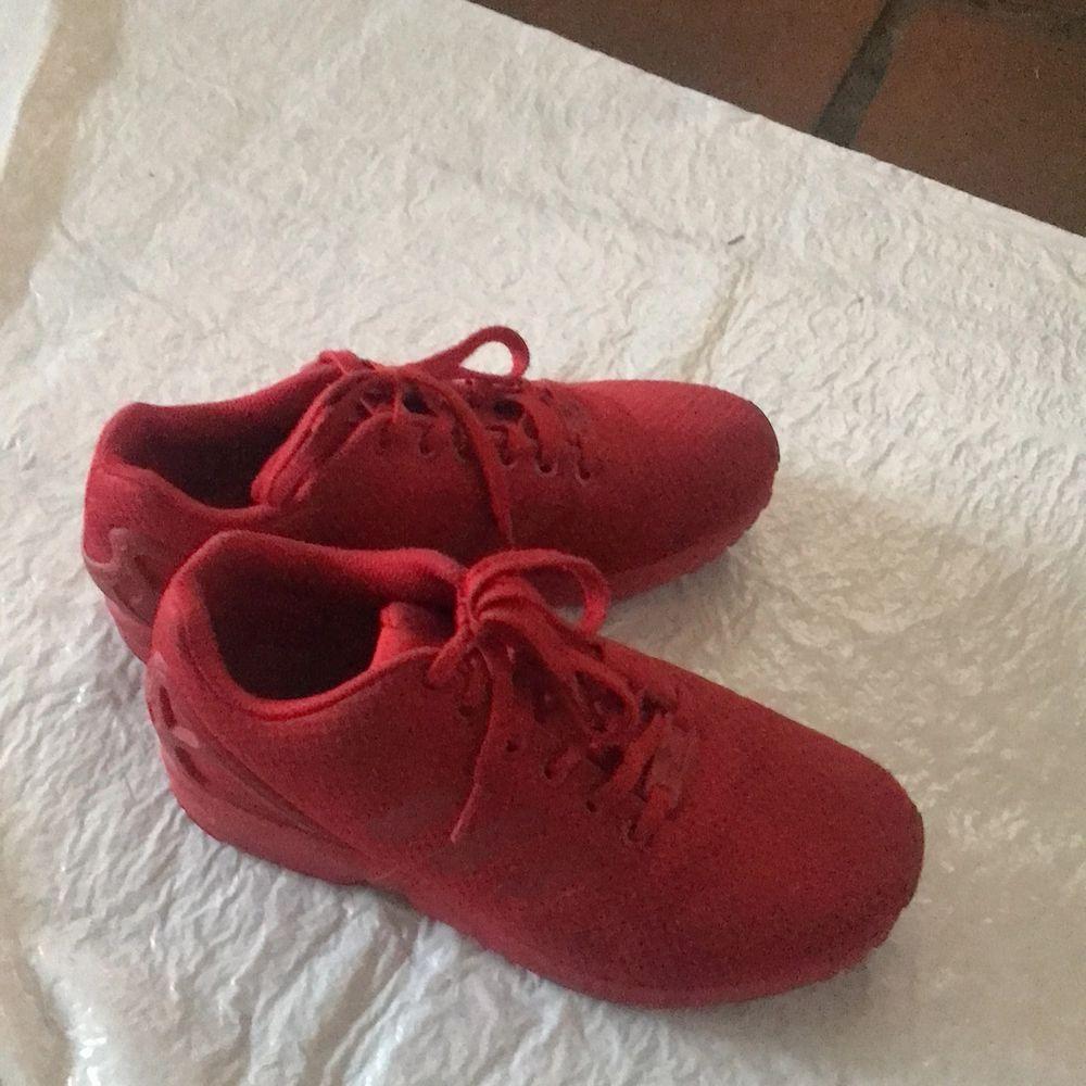 Röda sneakers från Adidas. Frakt tillkommer. Skor.