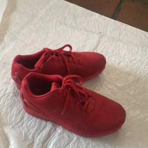 Röda sneakers från Adidas. Frakt tillkommer