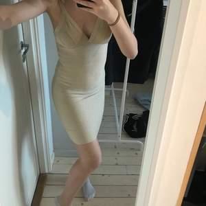 Guld glittrig klänning i stl xs. Den töjs ut mycket både i längden och bredden när man sätter på sig den och passar nog även en s då den som sagt töjs ut. Ingen aning om ordinare pris så säljer för 140kr+ frakt. Hör av er vid intresse eller frågor!!✨🤍