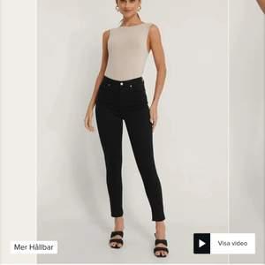 Helt nya svarta jeans från NA-KD som ligger kvar i sin förpackning de kom i. Köpte i hopp om att jag skulle gå ner i vikt och dom skulle passa men då de inte blivit av och de nu gått ca ett halvår så säljer jag dom nu. Verkligen så fina!